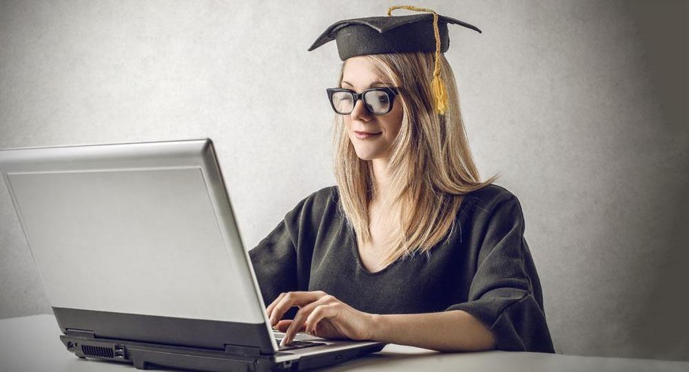 девушка учится онлайн образом, данный