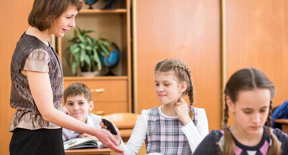 Будут ли московские школьники складывать в коробку телефоны перед уроком