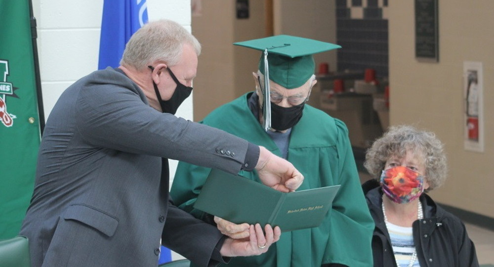 96-летнему ветерану Второй Мировой войны вручили диплом 80 лет спустя