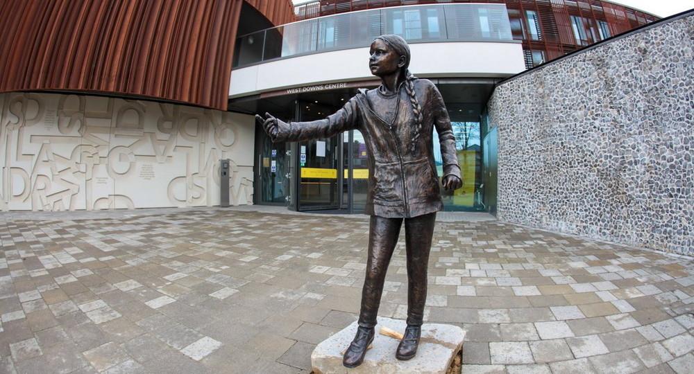 Памятник Грете Тунберг в британском университете привел студентов в ярость