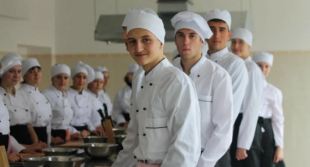В Госдуме предложили разработать программу подготовки школьных поваров