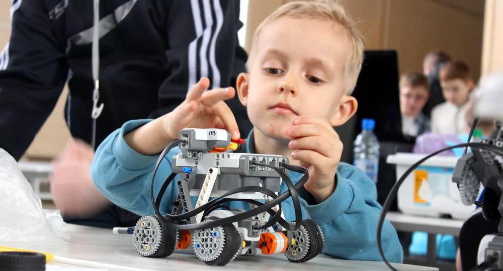 Дети в цифре: в России в детсадах начнут обучать робототехнике и нейротехнологиям