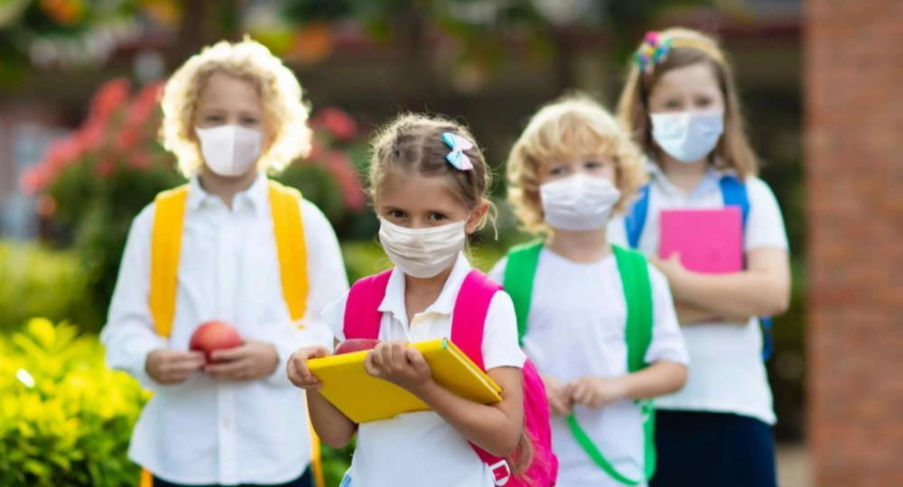 После каникул итальянские школьники вернутся за парты в масках
